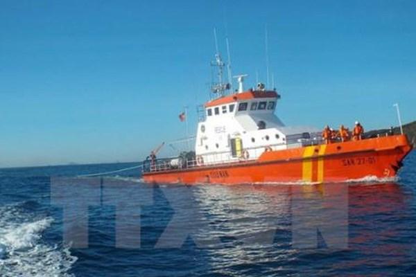 Cứu ba thuyền viên người Indonesia gặp nạn trôi dạt vào biển Sóc Trăng