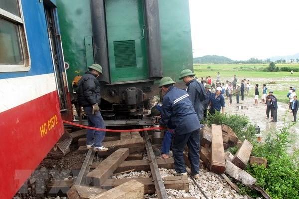 Tàu trật bánh, đường sắt Bắc – Nam tạm ngừng phục vụ trong nhiều giờ