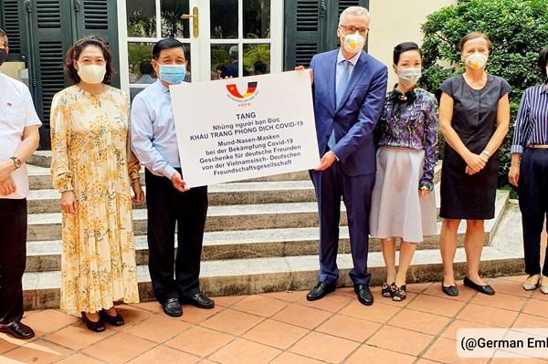 Hội Hữu nghị Việt Nam - Đức trao tặng nước Đức 80.000 khẩu trang
