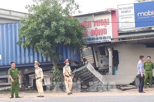 Quảng Ninh: Xe container mất lái gây tai nạn