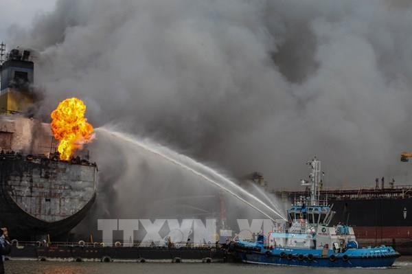 Cháy tàu chở dầu tại cảng Indonesia