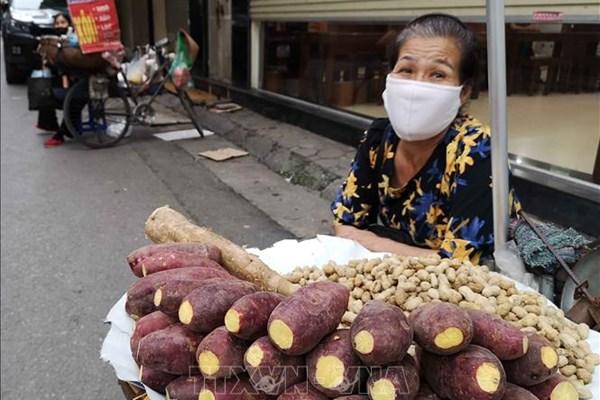 Hà Nội: Người kinh doanh thức ăn đường phố phải đeo khẩu trang khi làm việc