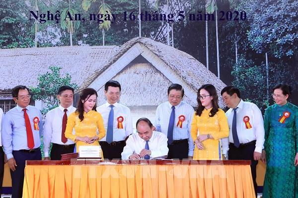 Thủ tướng ký phát hành bộ tem bưu chính kỷ niệm 130 năm Ngày sinh Chủ tịch Hồ Chí Minh