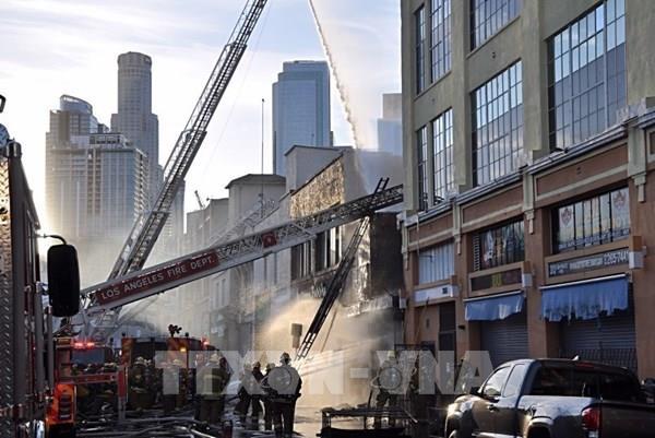 Cháy nổ tại trung tâm thành phố Los Angeles, 10 lính cứu hỏa bị thương
