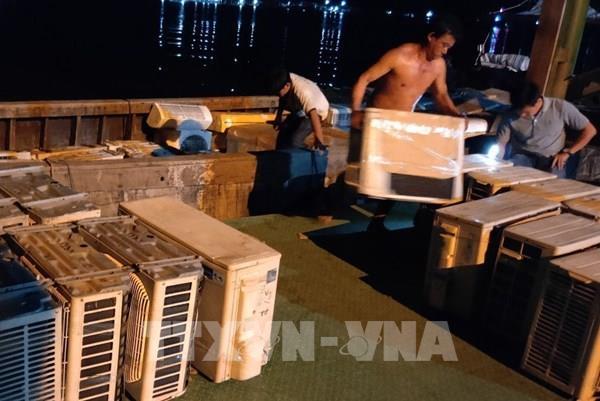Bắt giữ thuyền máy chở đầy hàng điện lạnh cũ nhập lậu từ Campuchia