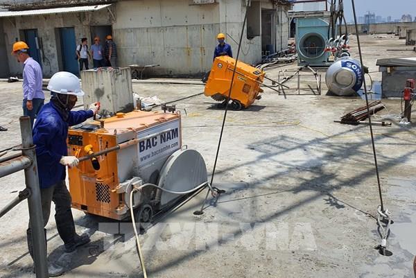 Hà Nội bắt đầu cắt sàn mái tầng 18 công trình số 8B Lê Trực
