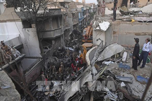 Vụ rơi máy bay chở khách ở Pakistan: 97 người thiệt mạng và 2 người sống sót
