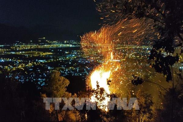 Xuất hiện đám cháy lớn và lan rộng trên đỉnh núi cao ở Đà Nẵng