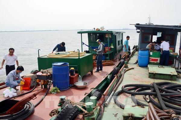 Xử lý 1 tàu sang mạn dầu trái phép trên biển