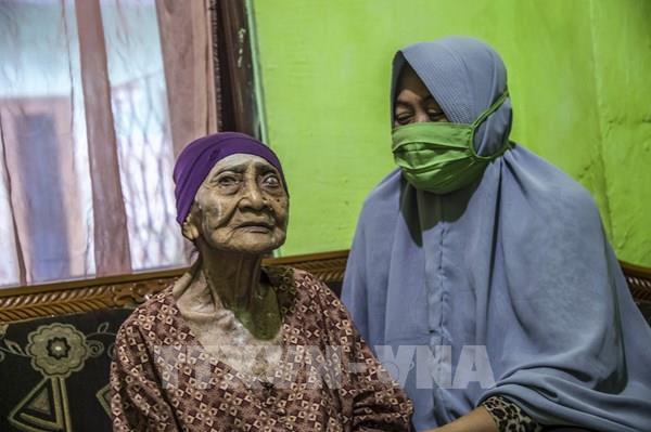 """Cụ bà 100 tuổi tại Indonesia """"đánh bại"""" virus SARS-CoV-2"""