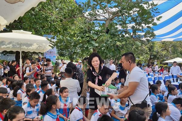 Vinamilk mang đến niềm vui uống sữa đến với trẻ em Quảng Nam