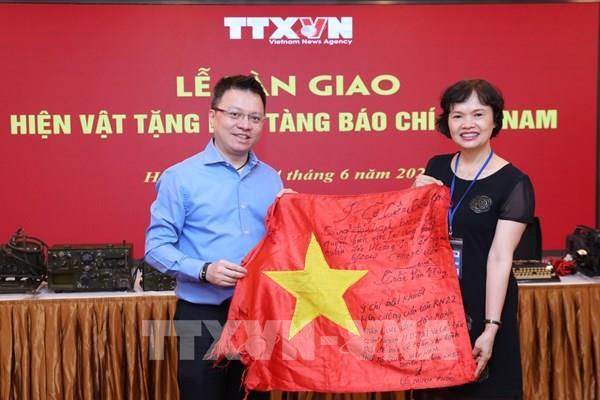 TTXVN bàn giao hiện vật truyền thống trưng bày tại Bảo tàng báo chí Việt Nam