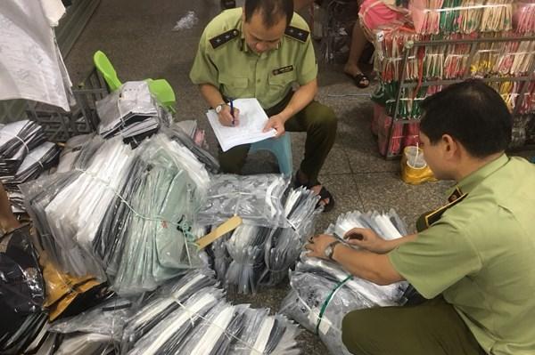Thu giữ gần 4.700 sản phẩm nhập lậu ở Ninh Hiệp, Hà Nội