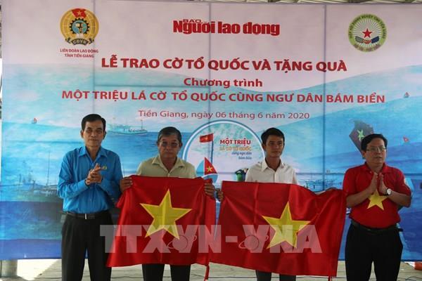 Trao 2.000 lá cờ Tổ quốc cho ngư dân