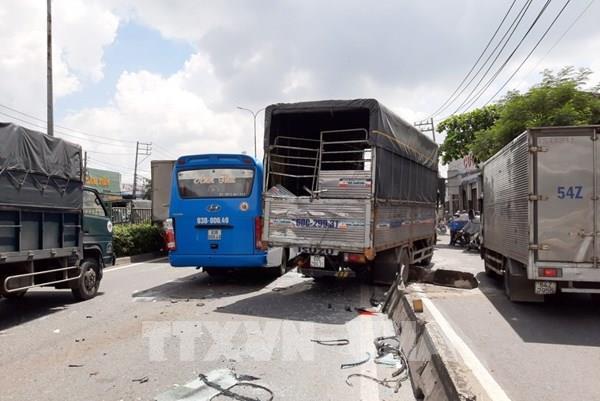 Tai nạn liên hoàn giữa 5 xe tải và 1 xe khách trên Quốc lộ 1