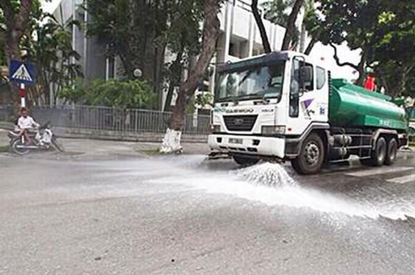 Hà Nội chi 114 tỷ đồng tưới nước rửa đường trở lại