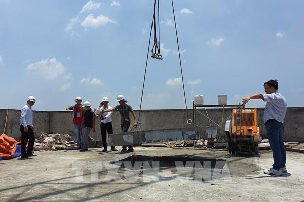 Chính thức cắt sàn mái tầng 18 tòa nhà vi phạm 8B Lê Trực - Hà Nội