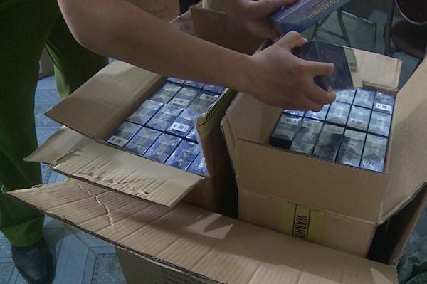 Tạm giữ 1.000 bao thuốc lá lậu và hàng trăm thiết bị điện đã qua sử dụng