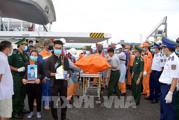 Bàn giao 4 thi thể thuyền viên trên tàu cá TH 90282 TS bị nạn cho gia đình