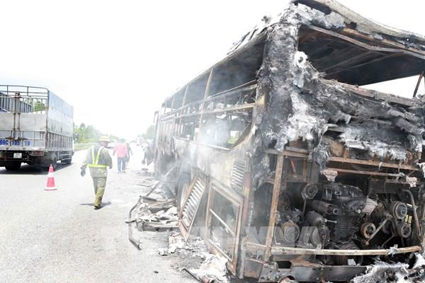 Xe ô tô giường nằm cháy rụi trên cao tốc Nội Bài - Lào Cai