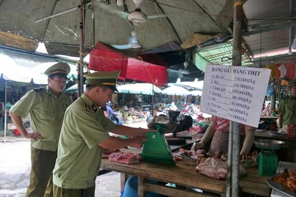 Quản lý thị trường Chi Lăng kiểm soát các hộ kinh doanh thịt lợn
