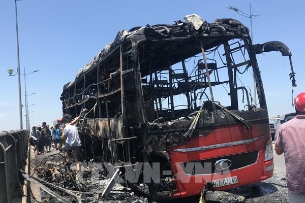 Xe khách 40 chỗ cháy rụi trên đường tránh Huế