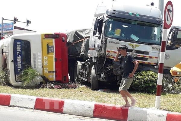 Hải Dương: Tai nạn giao thông giữa xe đầu kéo với xe buýt