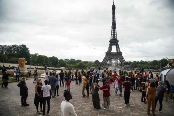 Hàng nghìn người Pháp xuống đường ăn mừng Ngày hội Âm nhạc bất chấp COVID-19