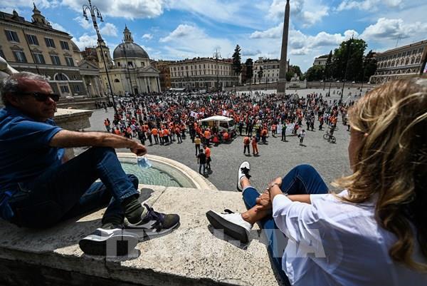 """Xe scooter điện """"xâm chiếm"""" Rome sau thời gian phong tỏa"""