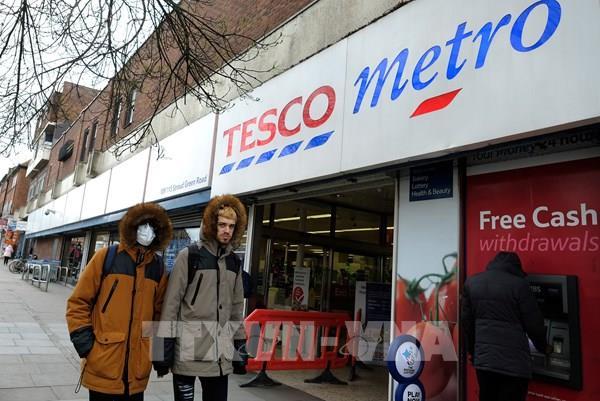 """Chuỗi siêu thị hàng đầu của Anh """"ăn nên làm ra"""" trong đại dịch COVID-19"""