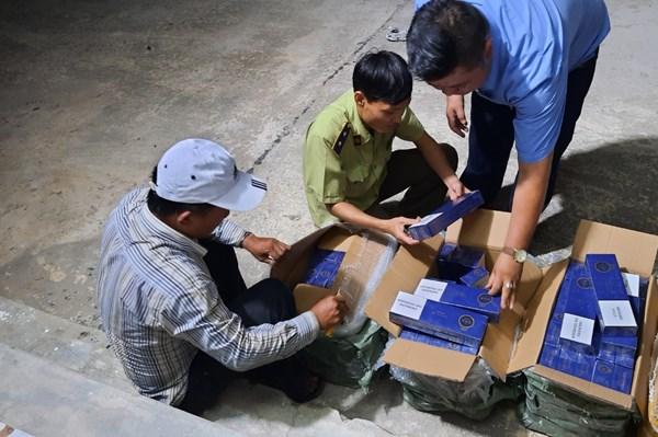 Tạm giữ số lượng hàng hoá lớn có dấu hiệu nhập lậu