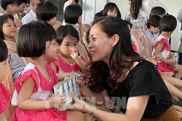 """Quỹ sữa """"Vươn cao Việt Nam"""" đến với trẻ em khó khăn tỉnh Thừa Thiên - Huế"""