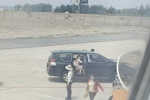 Xe công đón Phó Bí thư Thường trực Tỉnh ủy trong sân bay Tuy Hòa theo đúng chế độ quy định