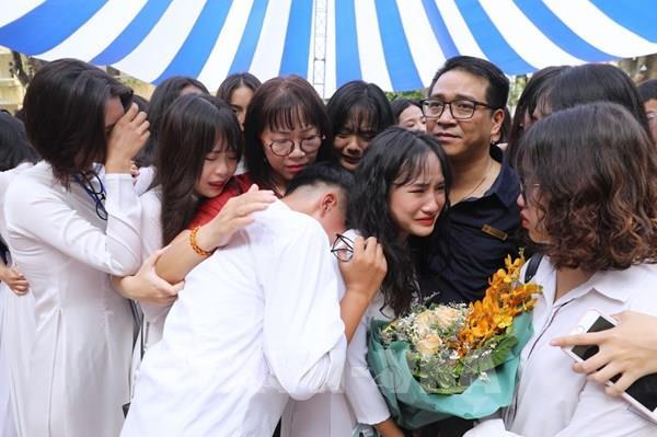 Lưu luyến khoảnh khắc chia tay của học sinh lớp 12 THPT Hà Nội