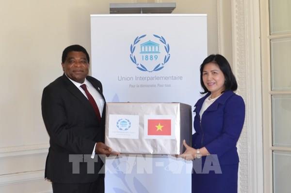 Phái đoàn Ngoại giao Việt Nam trao tặng khẩu trang y tế của Quốc hội cho Ban Thư ký IPU