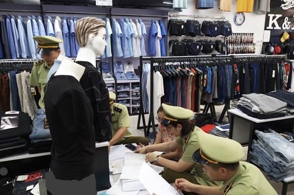 Xử phạt 16 triệu đồng vi phạm kinh doanh quần áo giả mạo nhãn hiệu