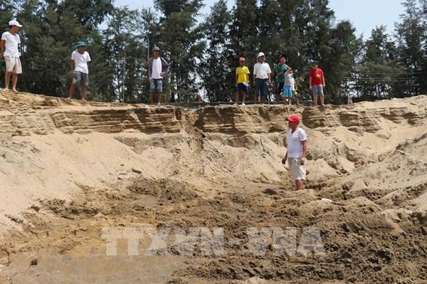 Nghệ An: Người dân phản đối doanh nghiệp múc cát sát chân đê biển