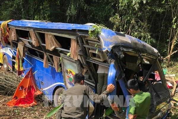 Phó Thủ tướng yêu cầu tỉnh Kon Tum đưa nạn nhân còn mắc kẹt trong xe ô tô lao xuống vực