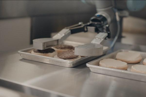 """Đầu bếp robot """"lên ngôi"""" trong mùa dịch COVID-19"""
