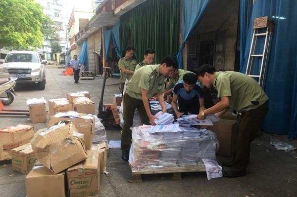 Tạm giữ 2.278 kg bìa và ruột sách bán thành phẩm có dấu hiệu in lậu