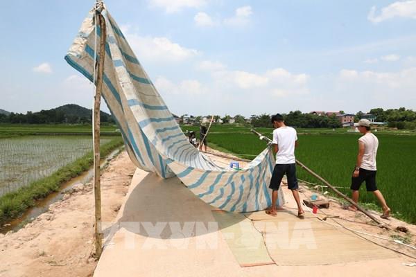 Hà Nội: Người dân chấp thuận dỡ lều ngăn đường vào bãi rác Nam Sơn