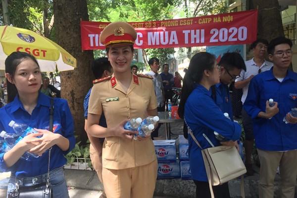 Cảnh sát giao thông phát nước uống miễn phí tại điểm thi vào lớp 10