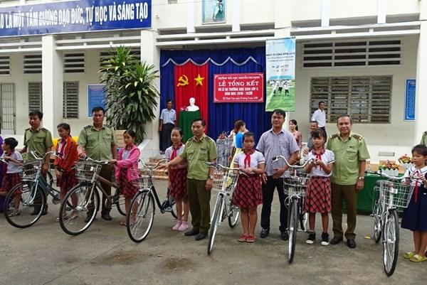 Quản lý thị trường Long An tặng xe đạp cho học sinh nghèo vượt khó