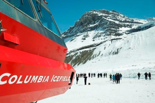 Canada: Lật xe buýt tham quan sông băng làm 3 người chết