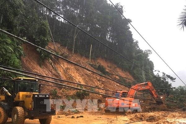 Quốc lộ 2 nối Hà Giang - Tuyên Quang sạt lở khiến giao thông tê liệt