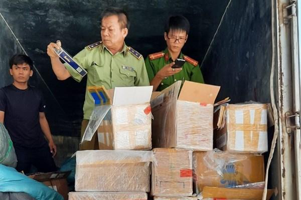 Bắt giữ 7.000 bao thuốc và hơn 10.000 sản phẩm hàng hóa nhập lậu