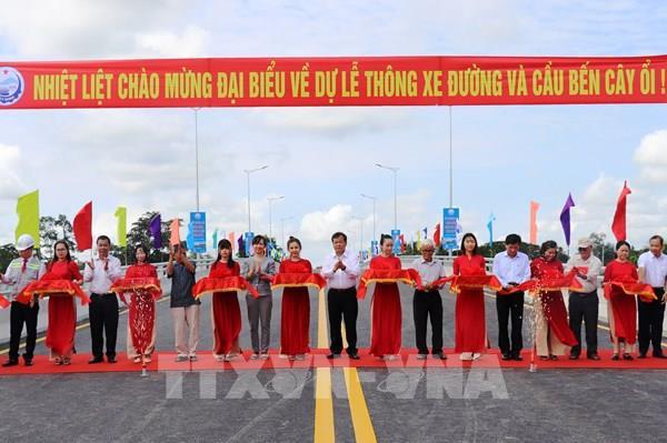 Thông xe cây cầu bắc qua sông Vàm Cỏ Đông nối liền hai xã biên giới Tây Ninh
