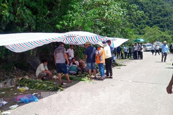 Khẩn trương cứu chữa người bị nạn vụ xe khách bị lật ở khu vực Quảng Bình