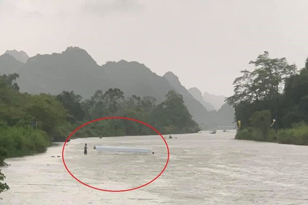 Hà Nội: Kịp thời cứu nạn 4 người trên thuyền máy bị chìm khi tham quan chùa Hương