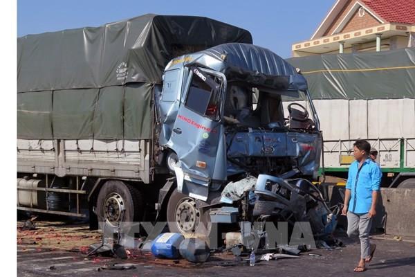 Đang chờ đèn đỏ, xe tải bị tông mạnh từ phía sau, lái xe tử vong tại chỗ